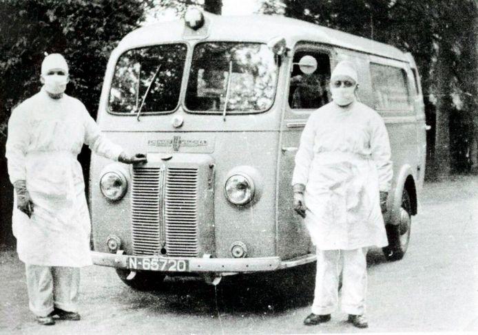 Ambulance van de Tilburgse GGD tijdens de pokkenepidemie van 1951.
