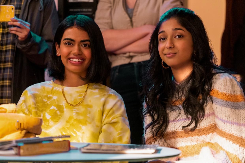 Megan Suri en Maitreyi Ramakrishnan in seizoen 2 van 'Never Have I Ever'.   Reporters / Splash Beeld Reporters / Splash