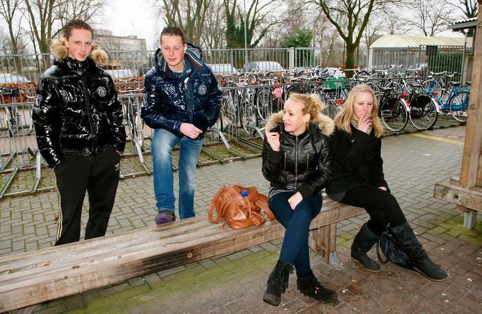 Rokende jongeren op een school in Boxtel