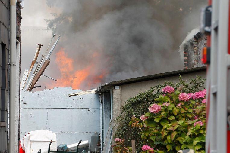 Het vuur ontstond om een nog onbekende reden in een materiaalhok.