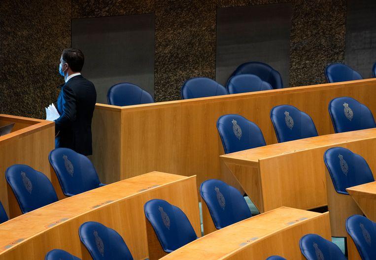 Mark Rutte (VVD) verlaat tijdens de Tweede Kamer tijdens een schorsing van het debat over de formatie. Beeld Freek van den Bergh / de Volkskrant