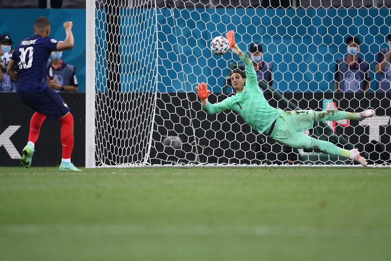 De inzet van Kylian Mbappé, een van de beste spelers van de wereld, werd gestopt door doelman Yann Sommer. Beeld AFP