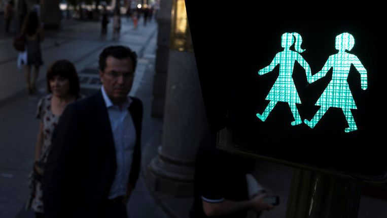 In Madrid verschijnen voetgangerslichten met stelletjes van twee mannen of twee vrouwen, maar ook van heteroseksuele paren en vrouwen alleen.  Beeld Reuters