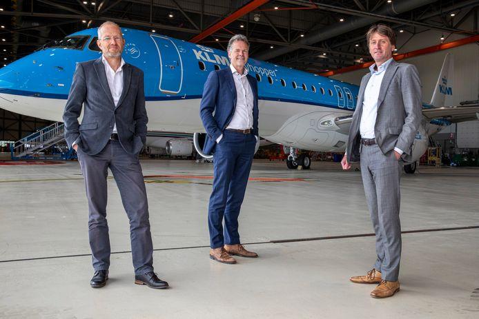 Karel Bockstael (hoofd duurzaamheid KLM), Henk-Jan van der Hoek (manager Aircraft Trading) en Jeroen van Eijk (projectmanager KLM Cityhopper) bij de nieuwe Cityhopper.