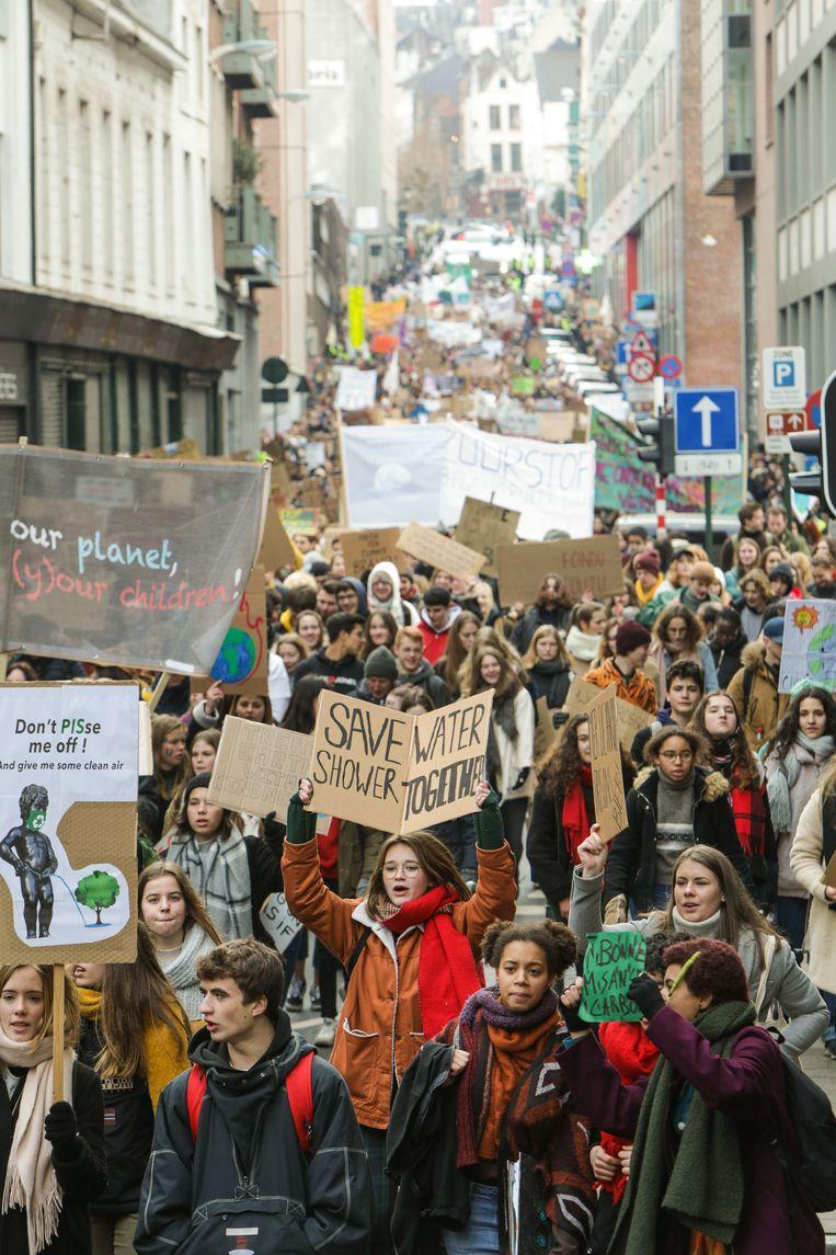 Minder volk dan de vorige editie, maar met 12.500 spijbelaars lopen de straten van Brussel toch nog behoorlijk vol. Beeld BELGA