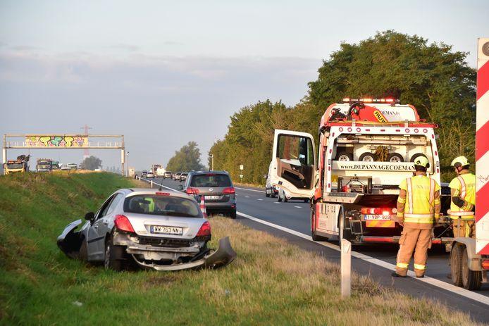De zwaargehavende Peugeot 207 strandde in de groene middenberm van de A19 in Moorsele.