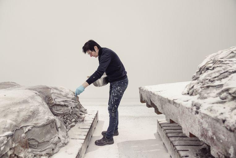 De Bruyckere en haar indrukwekkende installatie 'Aletheia, on-vergeten, 2019'. Beeld © Stefaan Temmerman