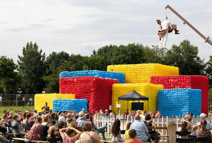 Cubes, een bouwwerk van acht grote kubussen gemaakt van 100.000 ballonnen op festival Buitengewoon in Doetinchem.