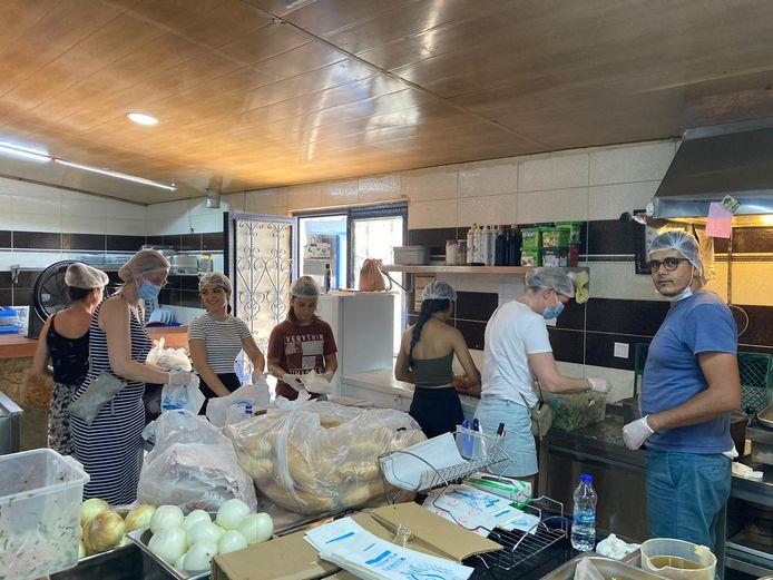 Carmi van der Kolk uit Apeldoorn (tweede van links) smeert broodjes in een restaurant om uit te delen aan de door natuurbranden getroffen bevolking van het Turkse plaatsje Manavgat.
