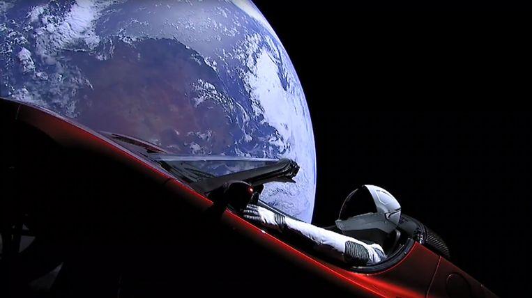 Een Falcon-raket bracht de Tesla Roadster van Elon Musk rond een baan in de aarde.  Astronaut van dienst: Starman, een pop vernoemd naar een personage van David Bowie.  Beeld AFP