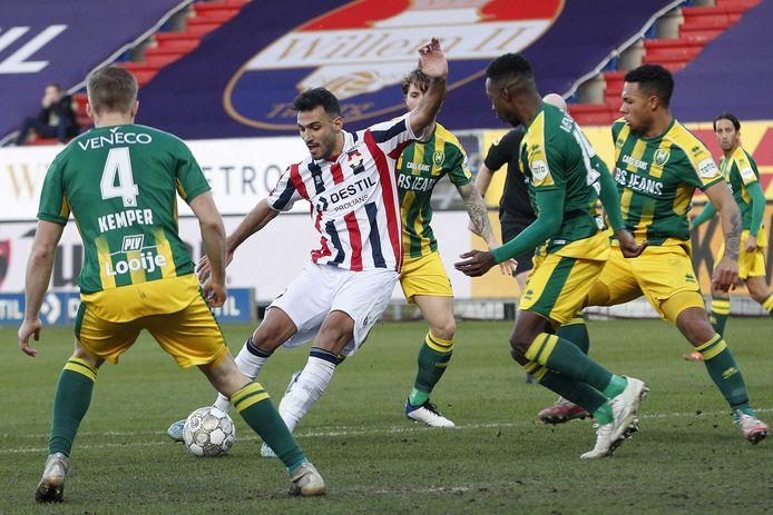 Vangelis Pavlidis legt aan voor een schot tijdens de ontmoeting van Willem II met ADO Den Haag in Tilburg eerder dit seizoen. Dat duel eindigde in 1-1.