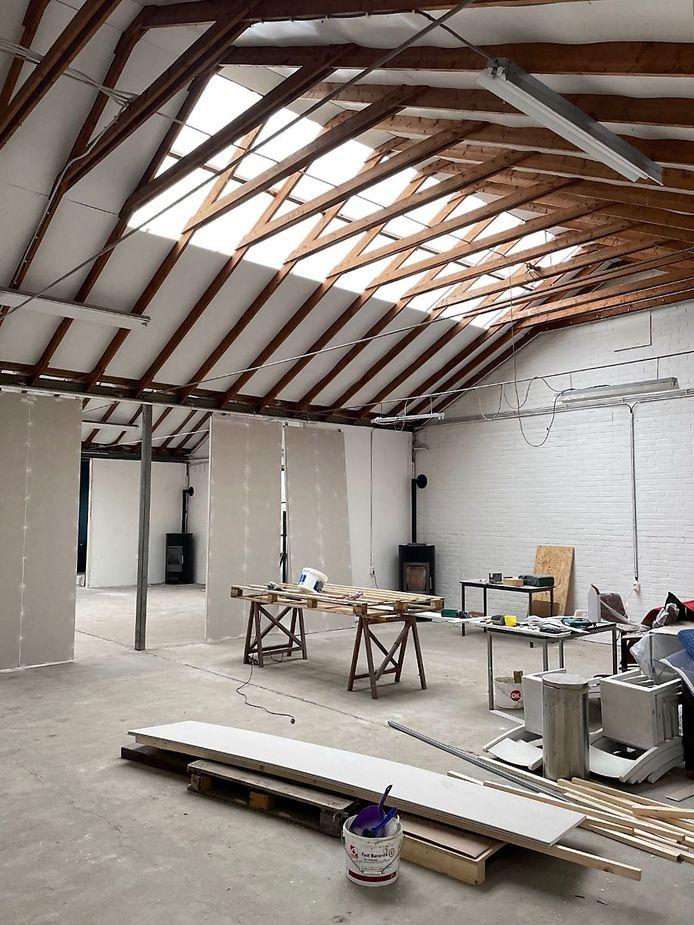 Een van de hallen van  Van Gelder's Meubelindustrie in Megen wordt verbouwd tot beeldstudio voor het bedrijf Osees.