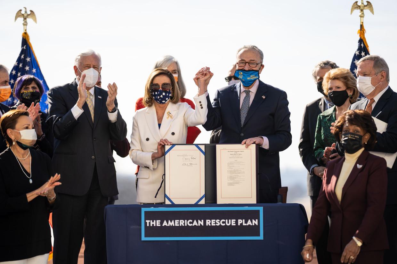 De wet werd getekend door Nancy Pelosi (Huis van Afgevaardigden) en Chuck Schumer (Senaat). Beeld Los Angeles Times via Getty Imag