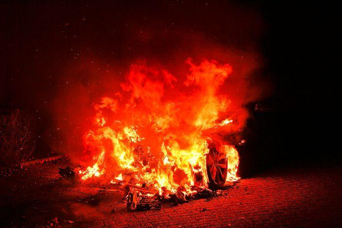 De verdachte overgoot twee auto's met benzine en stak die in de brand. Foto ter illustratie.