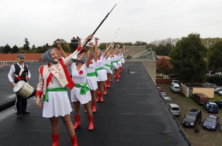 De majoretten op het dak van het oude rusthuis De Berk.