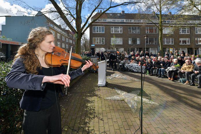 Stemmige muziek tijdens de herdenking in de Treubstraat in 2019.