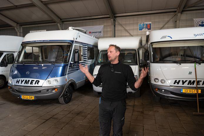 René Snijders in zijn loods aan de Bunschoterstraat waar hij campers verkoopt, onderhoudt en stalt.