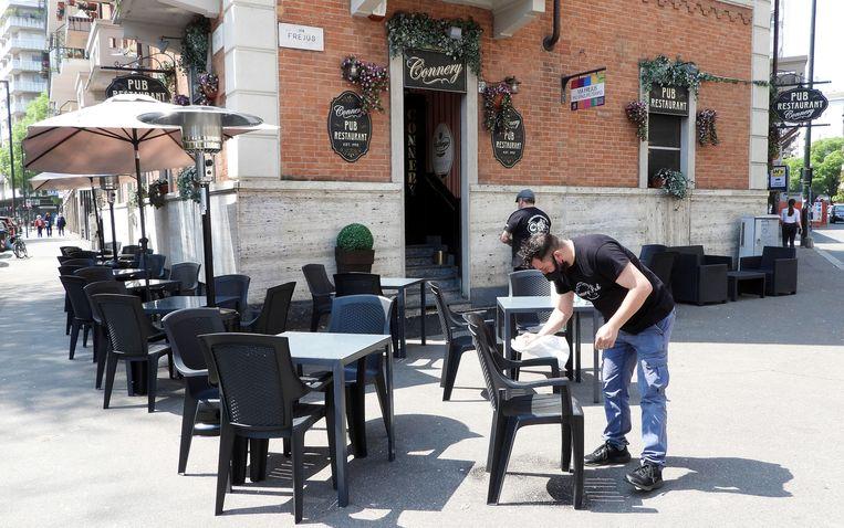 Terrassen in Turijn worden weer klaargezet.  Beeld EPA