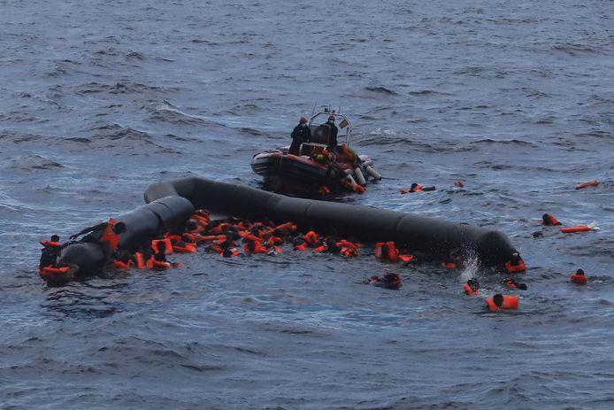 Una ONG spagnola salva rifugiati e migranti nel Mediterraneo.  Archivia l'immagine.