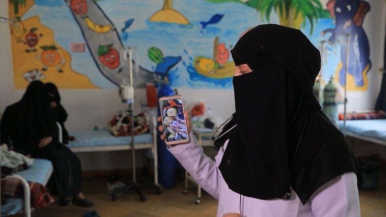 Dokter Hanaa Ali toont de foto van een misvormde baby in Joumhory-ziekenhuis Beeld Mahmoud Elsobky