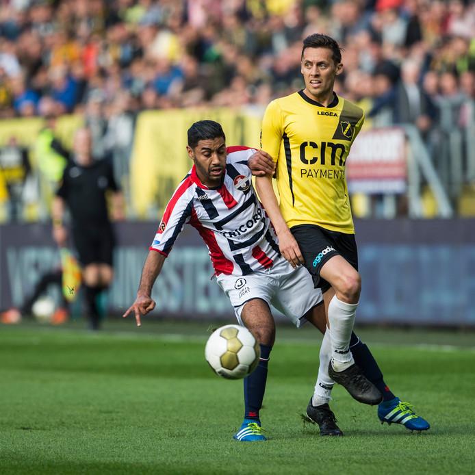 Anour Kali namens Willem II in duel met NAC-speler Uros Matic in mei 2016 bij de finale van de play-offs om promotie.