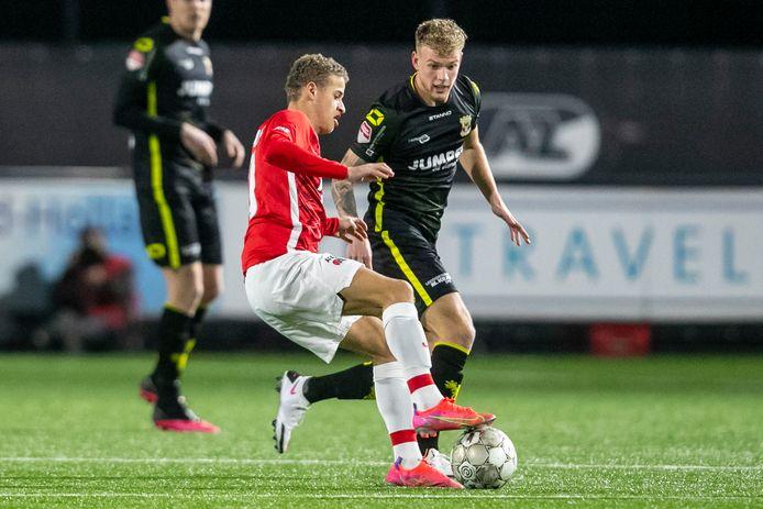 Jong AZ-speler Kenzo Goudmijn (l) in duel met GA Eagles-speler Luuk Brouwers (r)