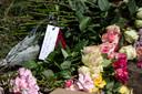 Bloemen op de plek van het dodelijk scooterongeval.