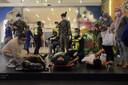 Gewonde passagiers wachten op vervoer naar het ziekenhuis.