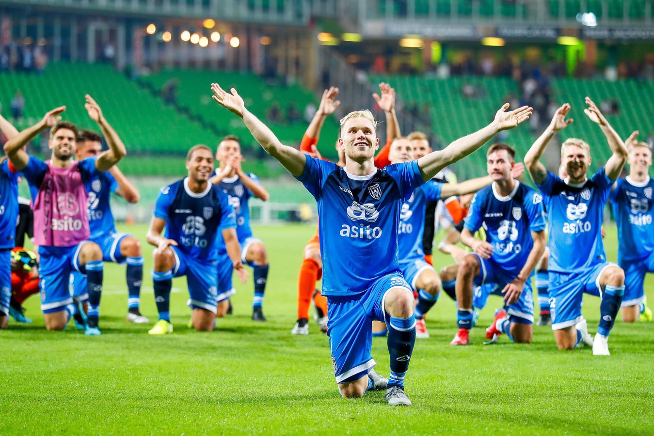 Lennart Czyborra viert de overwinning van Heracles in Groningen.