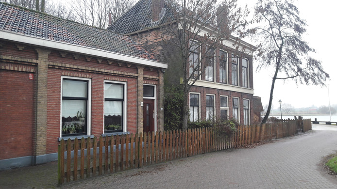 De gemeente Kampen wil horeca in de panden aan Havenweg 3 en 5. Dat wordt nog een flinke klus. De verbouwingskosten zijn hoog en eigenlijk zijn de panden te klein voor volwaardige en rendabele horeca. Op de achtergrond stroomt de IJssel.