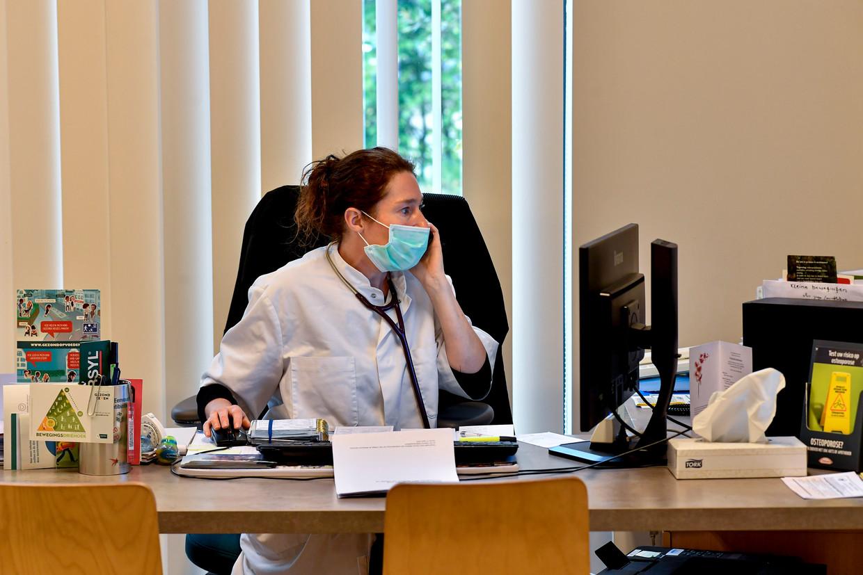 Een telefonische consultatie bij de dokter. Beeld BELGA