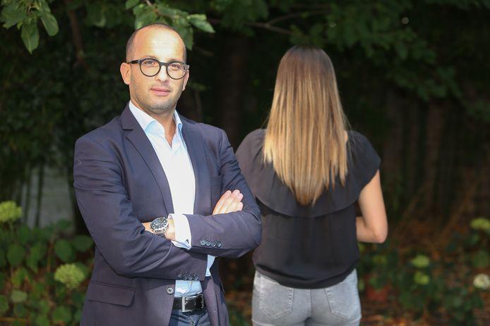 """Advocaat Abderrahim Lahlali en slachtoffer F.K. Zij wil niet herkenbaar poseren. """"Mijn initialen mag je er wel bijzetten. Omdat iedereen die mij destijds heeft weggezet als een slet, moet weten welke vreselijke dingen ik heb moeten meemaken."""""""