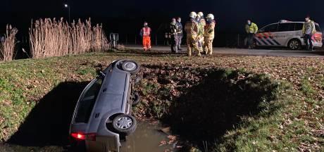 Auto belandt in sloot tussen Heino en Raalte