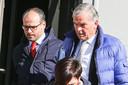 Neuroloog Chris van der Linden (rechts) en Hardy's advocaat Frédéric Thiebaut verlaten de rechtszaal in Tongeren.