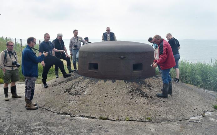 Een groepje belangstellenden rond de extra stevige bunker met koepel van pantserstaal op het terrein van het Veiligheidscentrum Zeeland.