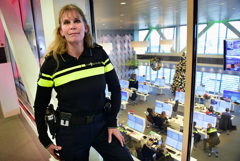 Hanneke Knigge boven de 112-meldkamer in Den Haag. Beeld Marcel van den Bergh