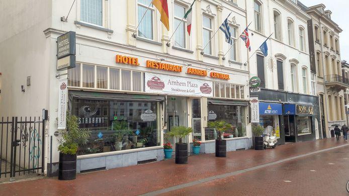 Hotel Arnhem Centraal aan het Willemsplein in Arnhem. Op de begane grond is restaurant Arnhem Plaza gevestigd. Ook dat is nu dicht.