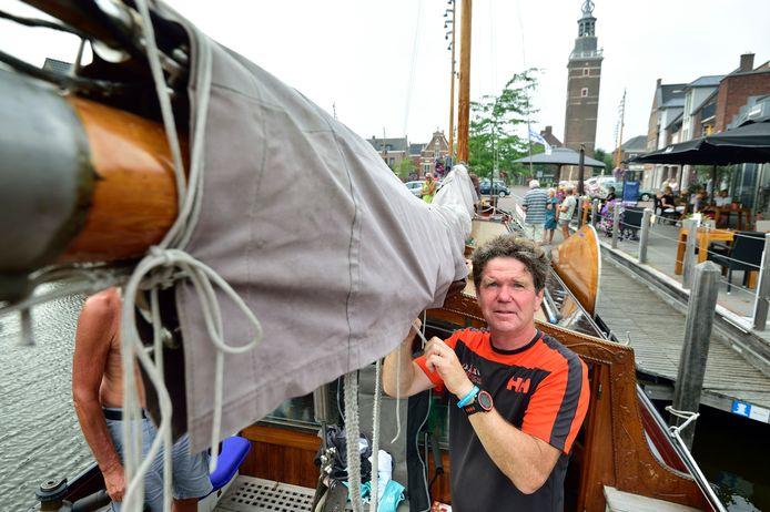 Schipper Rob Ligtenberg ligt met zijn tjalk De Nooit Volmaakt in Nieuwkoop.