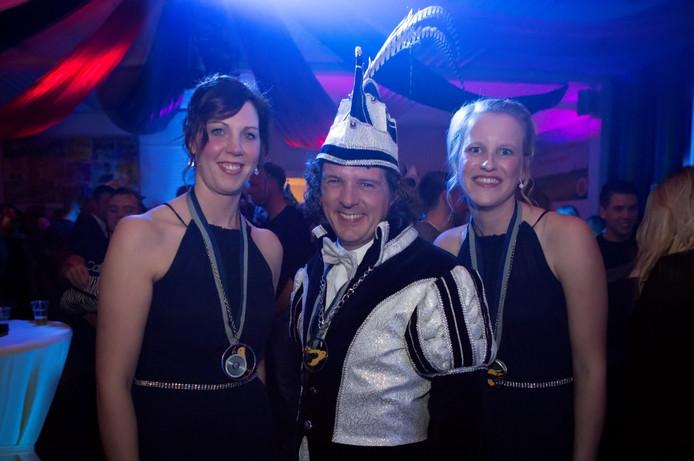 Prins JP 'de swinger' Veldman te Oosterhout, met zijn hofdames Nelleke en Sanne