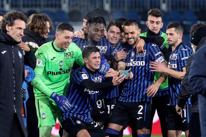 Vreugde bij de spelers van Atalanta na het bereiken van de finale van de Coppa Italia. De club uit Bergamo won de Italiaanse beker in 1963, de enige prijs in de clubhistorie.