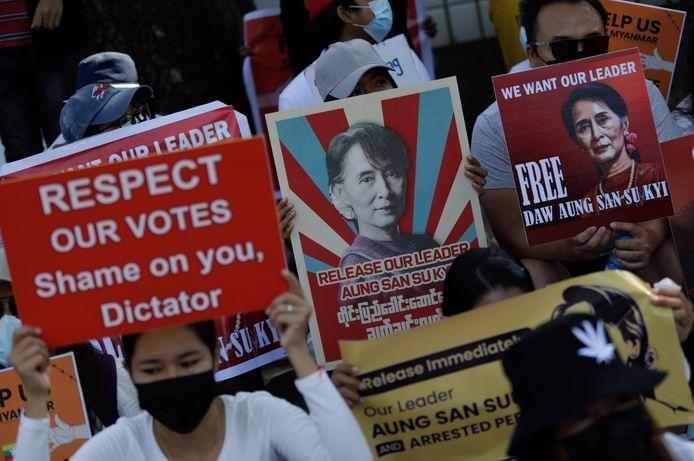Demonstranten in Myanmar roepen om de vrijlating van regeringsleider Aung San Suu Kyi.