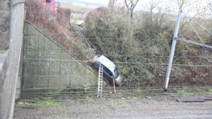 Bestuurder mist bocht en belandt met auto meters lager in spoorwegberm