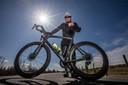 Arie Visser op zijn wielrenfiets.