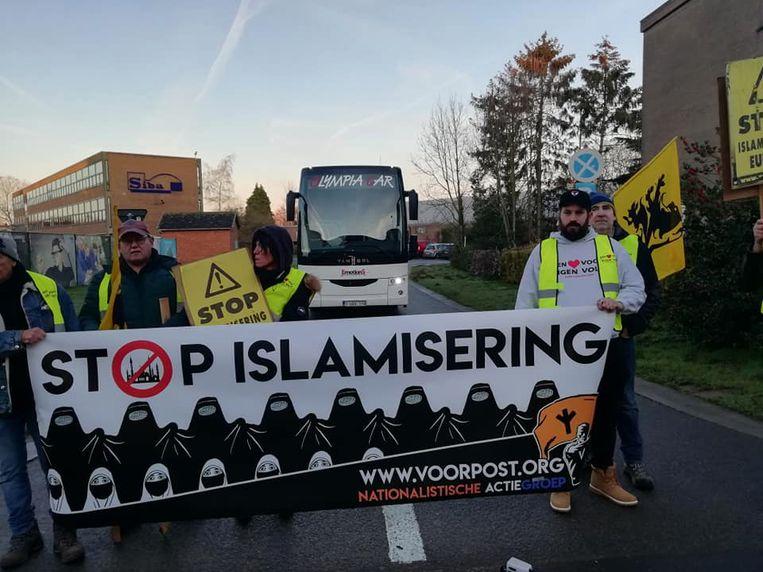 Voorpost kwamen met spandoeken protesteren tegen de daguitstap naar een moskee.