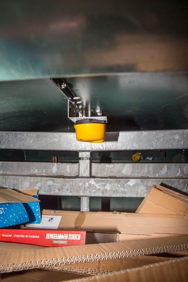 Vorig jaar september kreeg Van Tongeren tijdens haar eerste werkbezoek aan de Haagse Milieu Service onder meer alle uitleg over deze vulgraadsensor. Foto:Frank Jansen