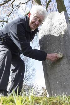 Lukas Kamphuis (84) uit Den Ham is beschermheer van de overledenen