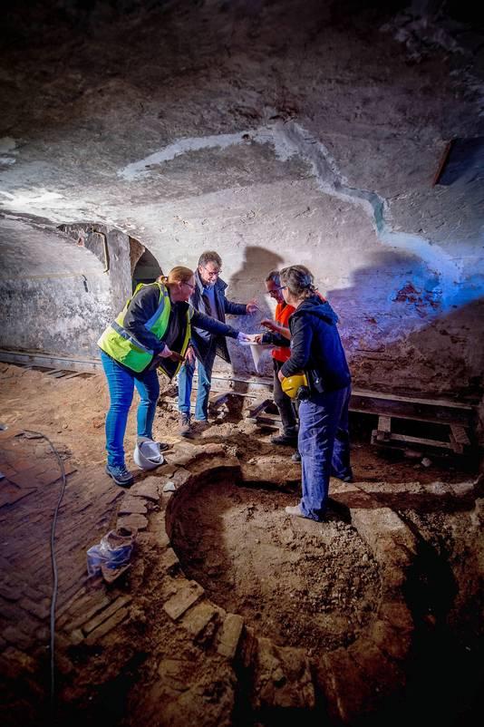 Tijdens de werkzaamheden in kelder van het kasteel zijn oude muurresten ontdekt.