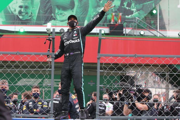 Lewis Hamilton viert zijn recordzege op uitbundige wijze.