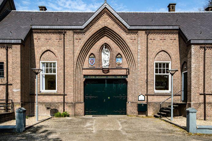 De poort van Sion. Het Jongerenklooster gaat binnenkort weg uit het complex in de Diepenveense bossen, vlakbij Deventer. Over de precieze reden wordt gezwegen.