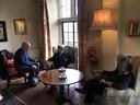 Verslaggever Bertjan Kers interviewt veteraan Peter Davies .